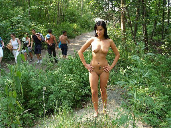 Madeline, 56 ans, belle naturiste blonde dans les bois